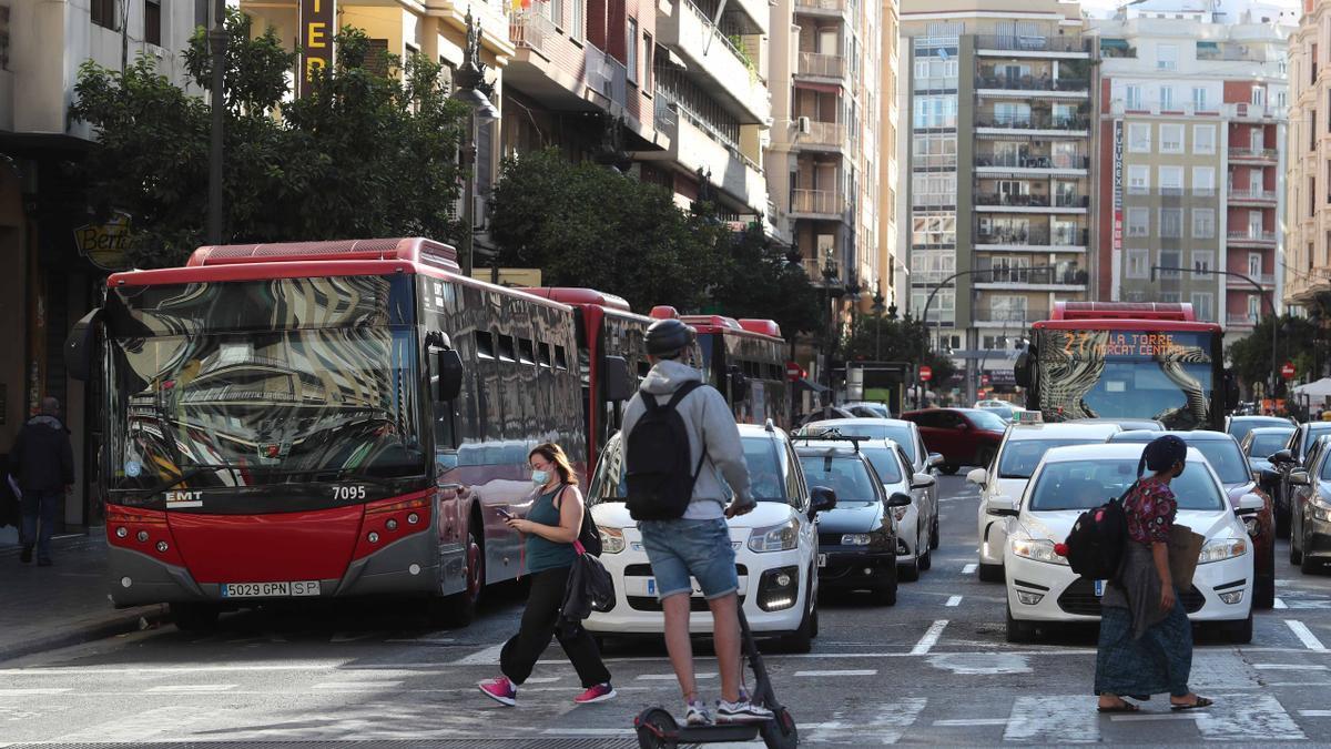 El personal de la EMT podrá vacunarse en la propia empresa. En la imagen, los autobuses que circulan por el centro de València.