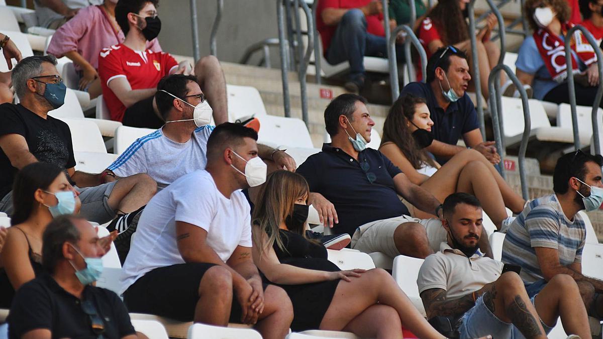 La afición grana no falló en el debut liguero frente al Marchamalo, en el que asistieron 6.500 personas a NC.   ISRAEL SÁNCHEZ