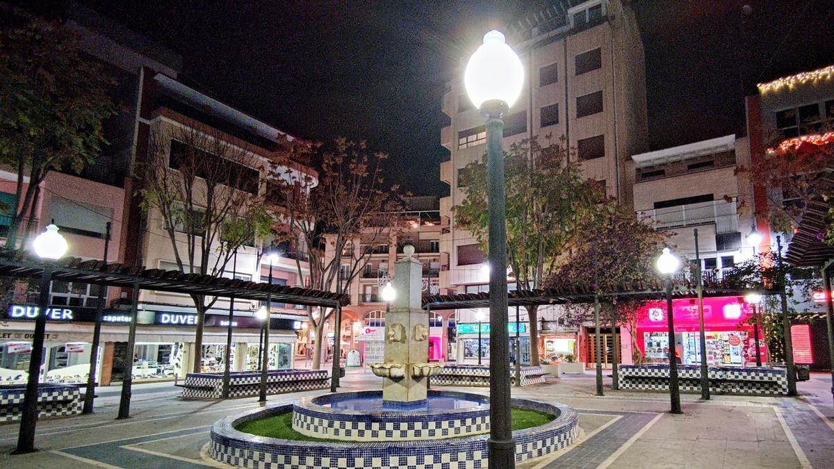La nueva iluminación de la plaza Sagasta de Elda.