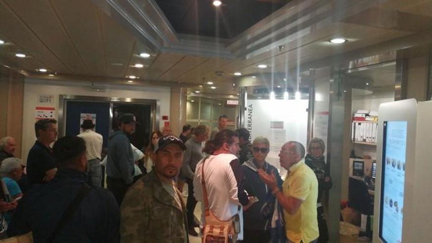 200 viajeros de un barco a Canarias, atrapados en Cádiz