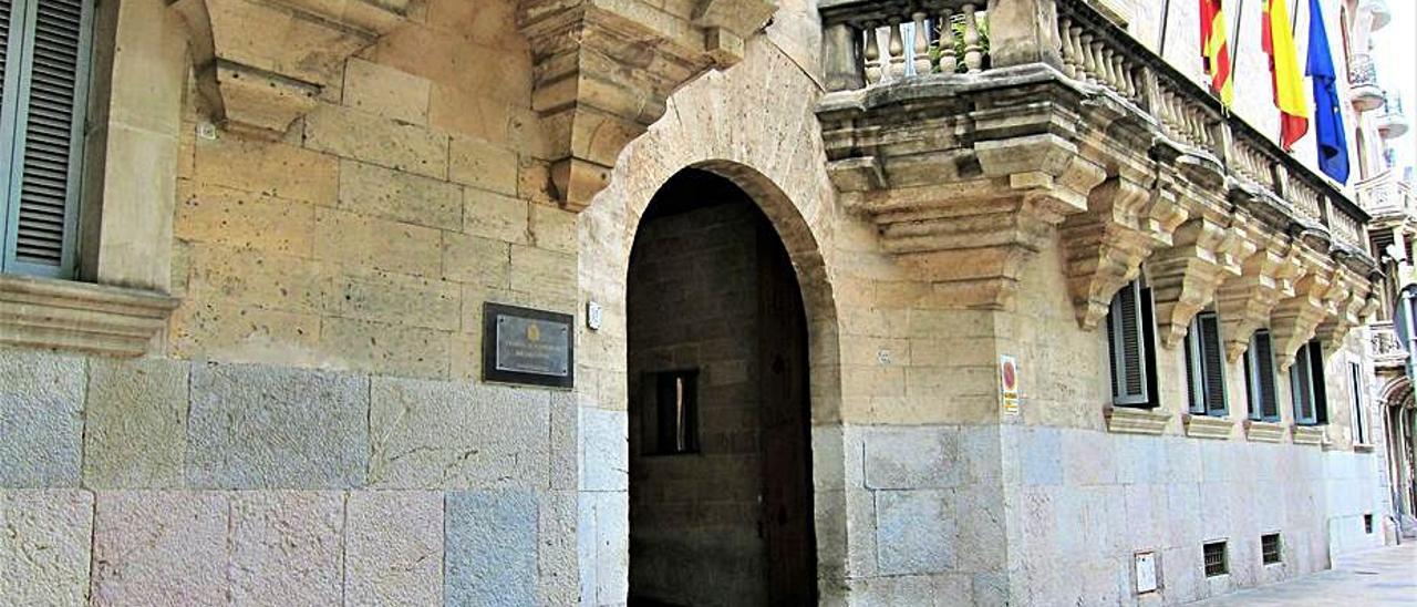 Fachada principal de la Audiencia Provincial, en Palma.   E.P.