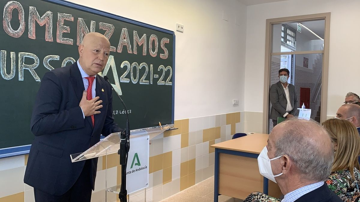 Javier Imbroda, durante el inicio del curso escolar en un instituto de Gelves (Sevilla).