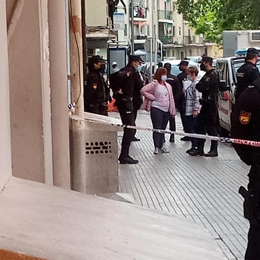 Agentes de la Policía han acordonado un ramo de calle.