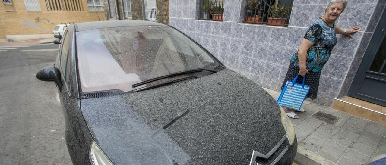 Los vehículos quedaron cubiertos de barro ayer por la condensación de la humedad con el polvo sahariano.