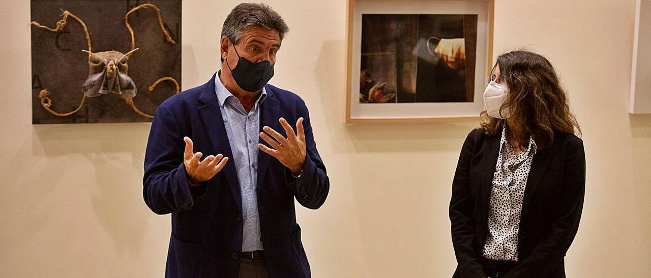 Eduardo Alcalde y Cristina Martín en la clausura de 'Universo confinado' en el Club Diario.