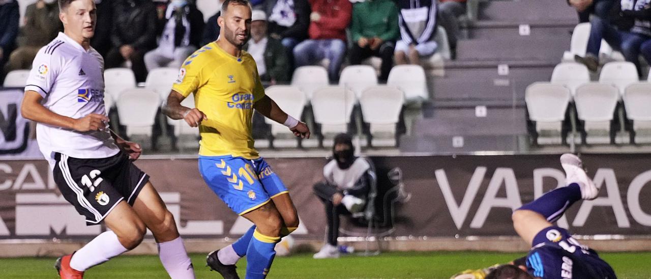 Jesé Rodríguez, delantero de la UD Las Palmas, tras fallar una ocasión clara ante el portero Alfonso Herrero, del Burgos, el pasado lunes en El Plantío.     LOF