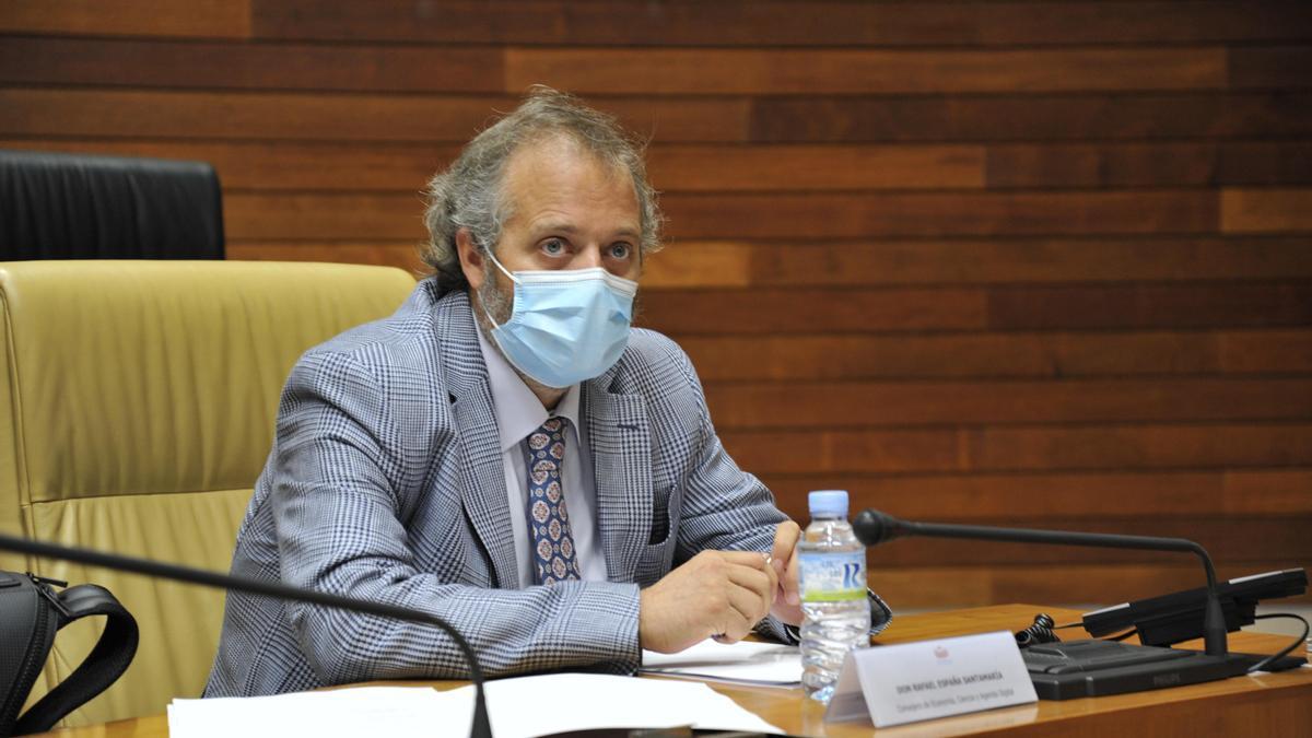 Rafael España, consejero de Economía, durante el pleno de la Asamblea de hoy.