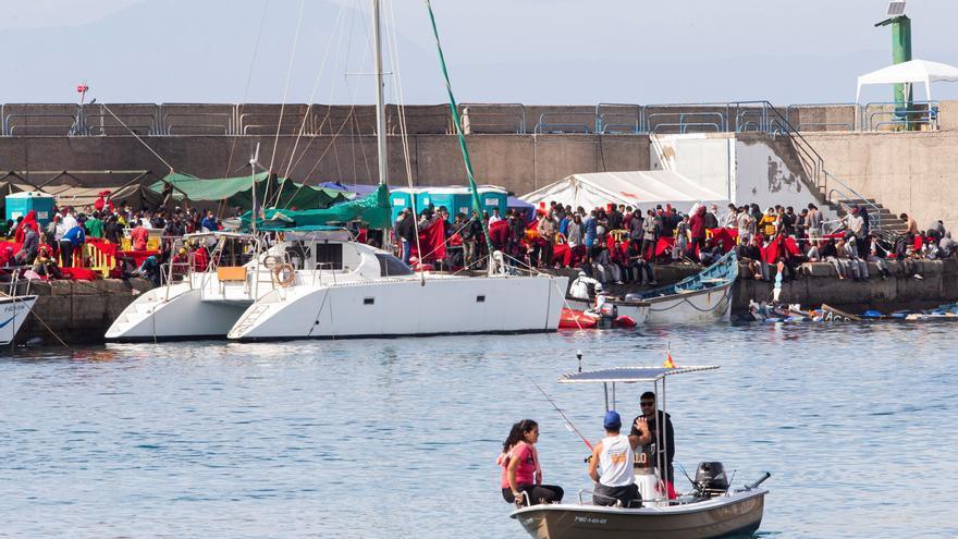 Salvamento rescata de madrugada a 53 inmigrantes tras los 698 del martes