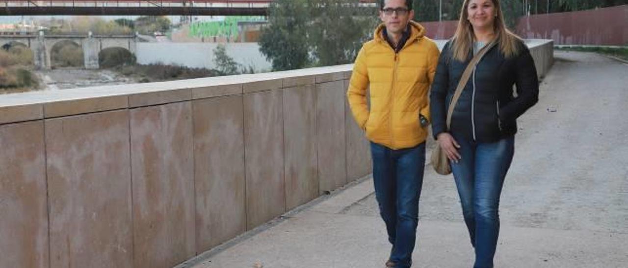 Adriana y Sergio pasean por la ribera del Serpis, el miércoles pasado.