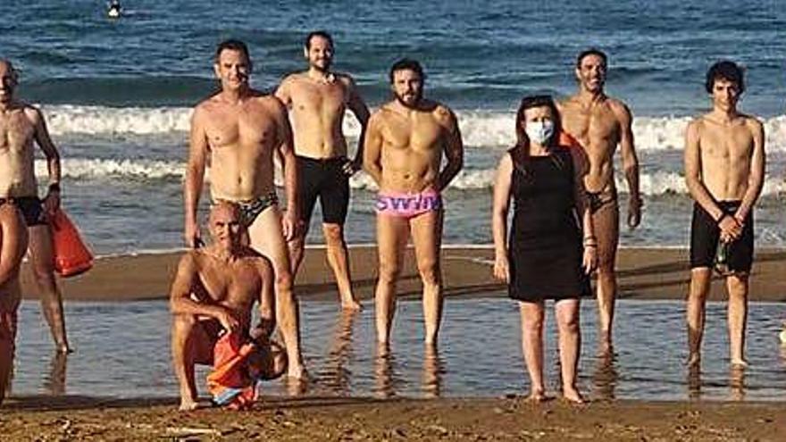 El club de natación local prueba el canal de nado de la playa