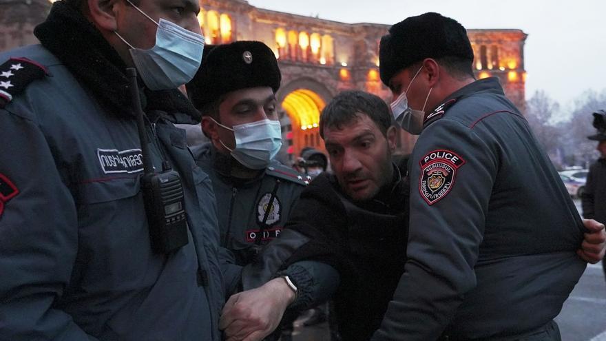 Militares armenios piden la renuncia de Pashinián, que habla de un intento de golpe militar