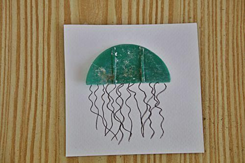 Marcel Escribano macht aus angeschwemmtem Holz, Plastik und Glas bunte Deko-Objekte.