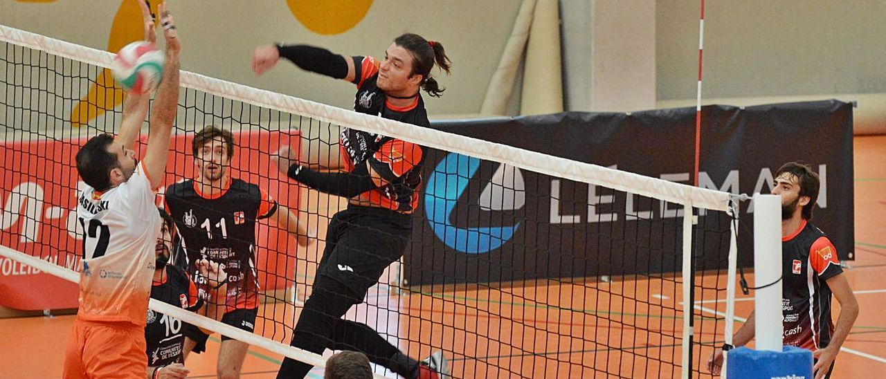 Ataque del equipo masculino del Club Voleibol Xàtiva ante el Léleman València. | CV XÀTIVA