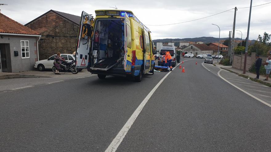 Herida una vilagarciana que sufrió una caída de moto en Dena