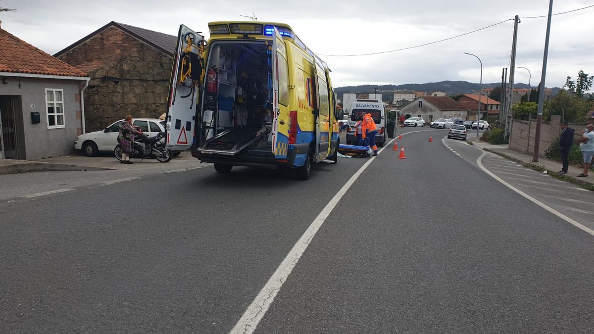 Operativo de auxilio a la herida, en la carretera PO-550, en la tarde de este domingo