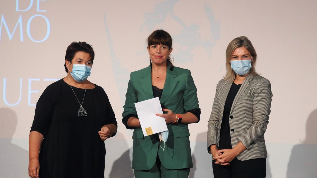 La corresponsal de RTVE en Asia-Pacífico, Mavi Doñate (c), posa tras recibir el premio 'Cirilo Rodriguez'.