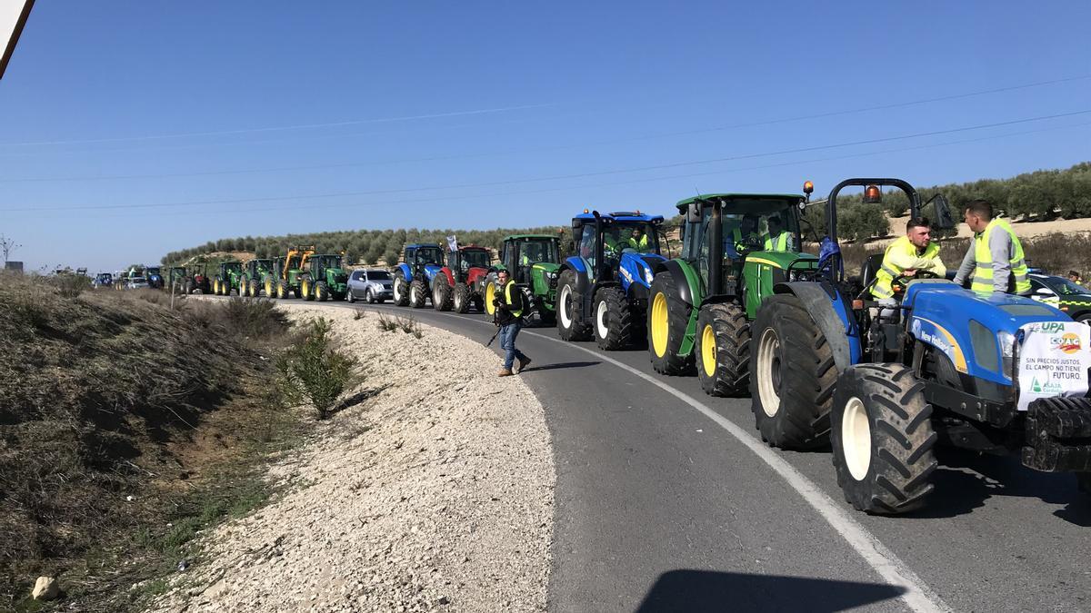 Un momento de la tractorada llevada a cabo en la A-45, en Lucena.
