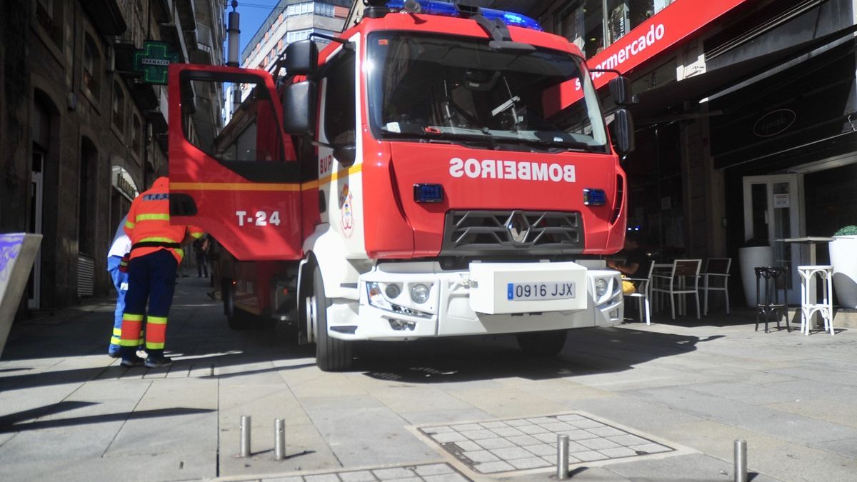 Los bomberos, obstaculizados en Curros Enríquez por unos bolardos