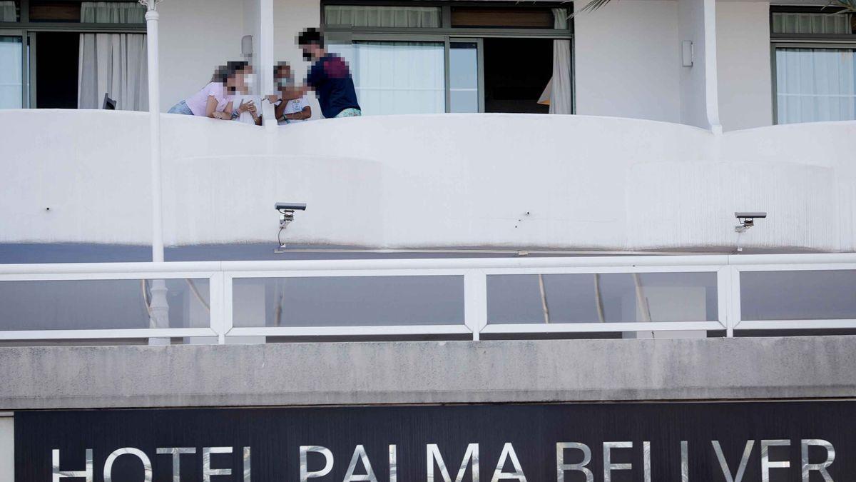 Jóvenes aislados en el hotel Palma Bellver.