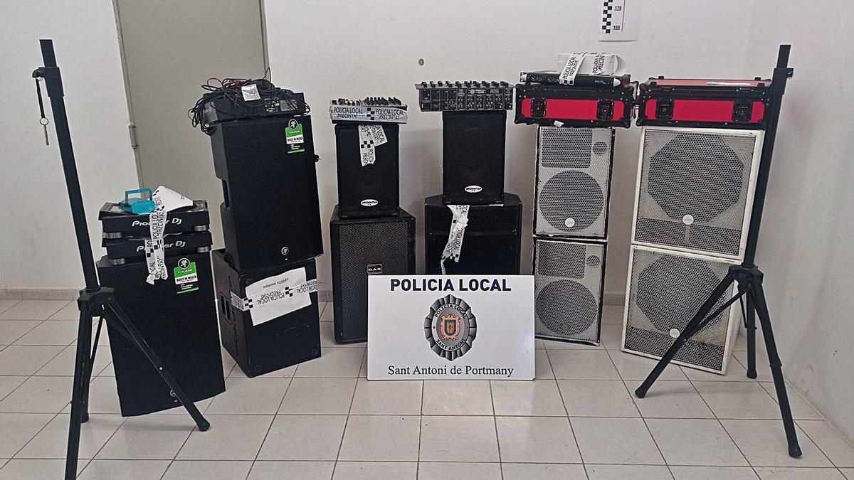 Parte de los equipos de música incautados por la Policía Local de Sant Antoni.
