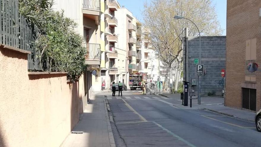 Un contenidor crema al carrer Albert Cotó