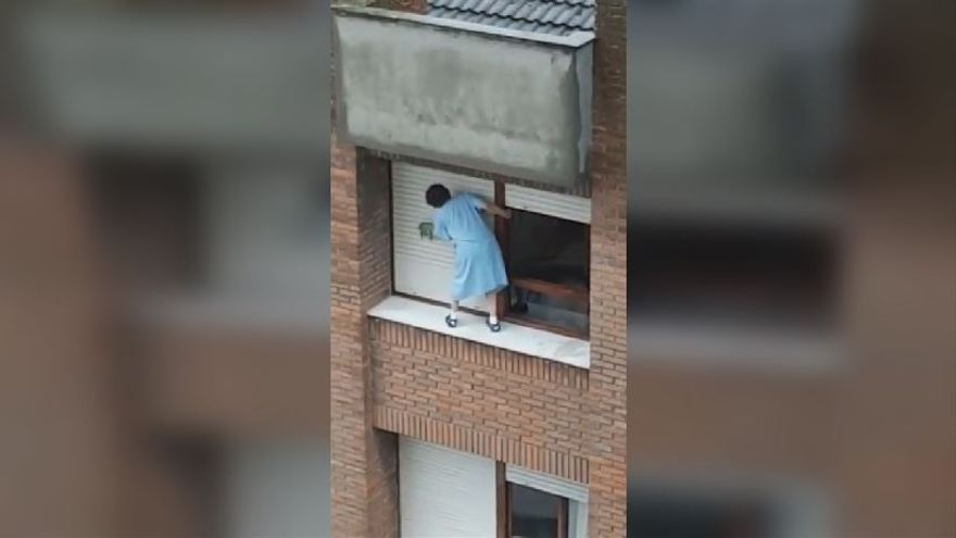 El impactante vídeo de una mujer limpiando la ventana en el último piso