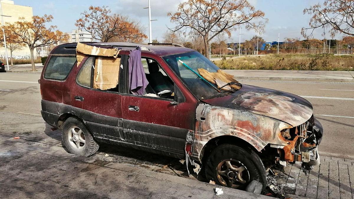 El coche en el que vive la mujer sufrió grandes daños a consecuencia del incendio.