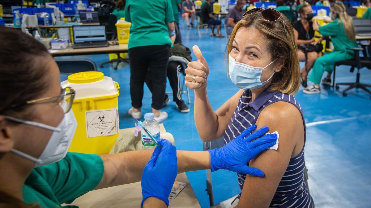 Un sanitario suministra la vacuna a un paciente de las Islas.