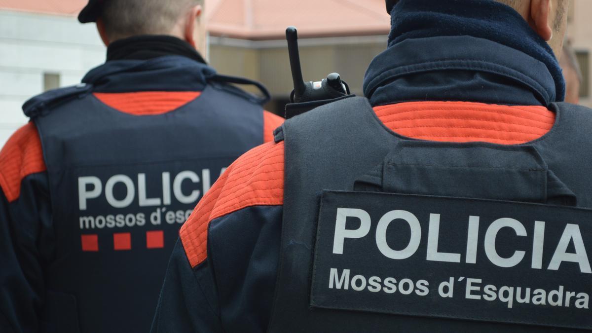 Dos agentes de los Mossos d'Esquadra.