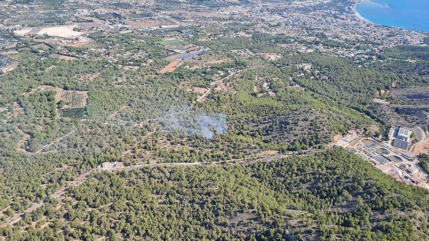 Los bomberos de Alicante controlan un incendio en el parque natural de Serra Gelada en Benidorm