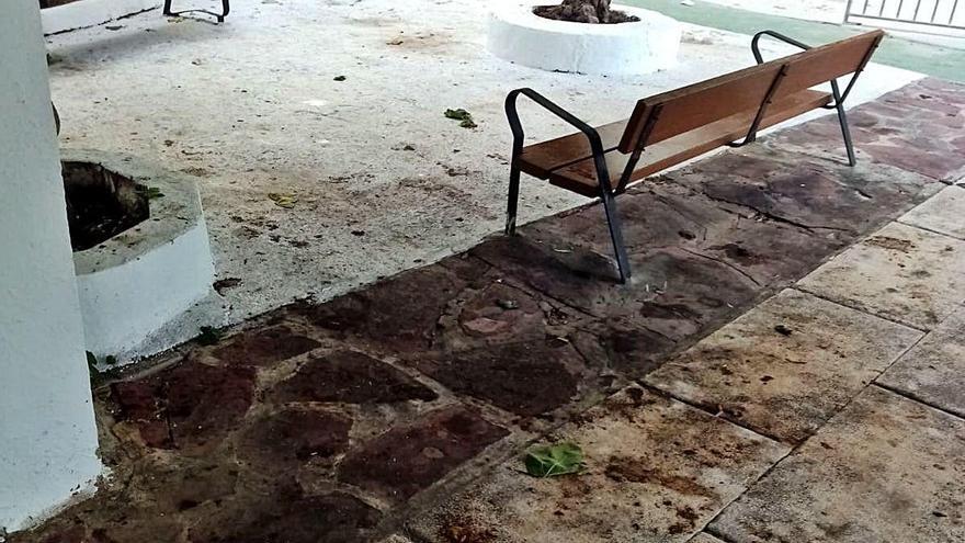 Residentes de un complejo de la Pobla denuncian el deterioro de las instalaciones