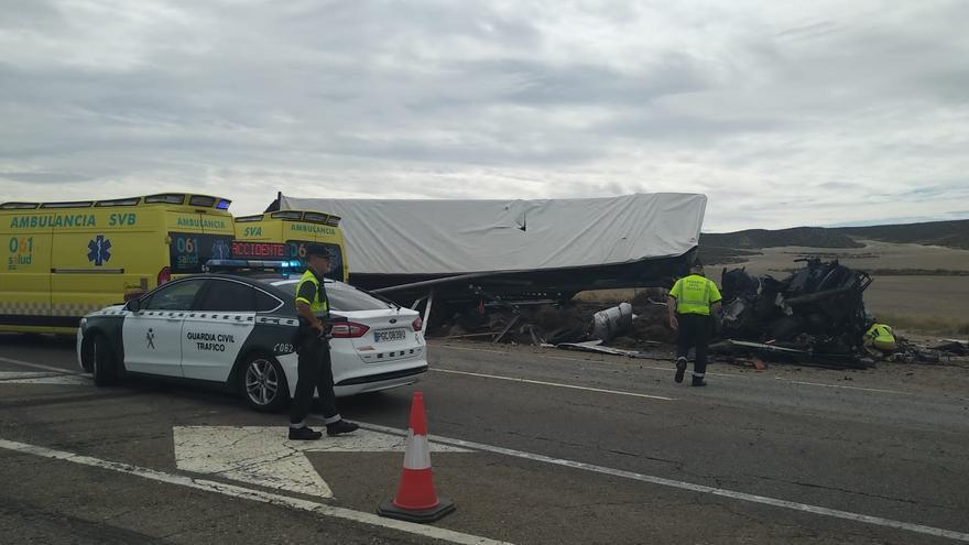 Muere un camionero en un choque frontal entre dos tráilers en la N-2 en La Almolda