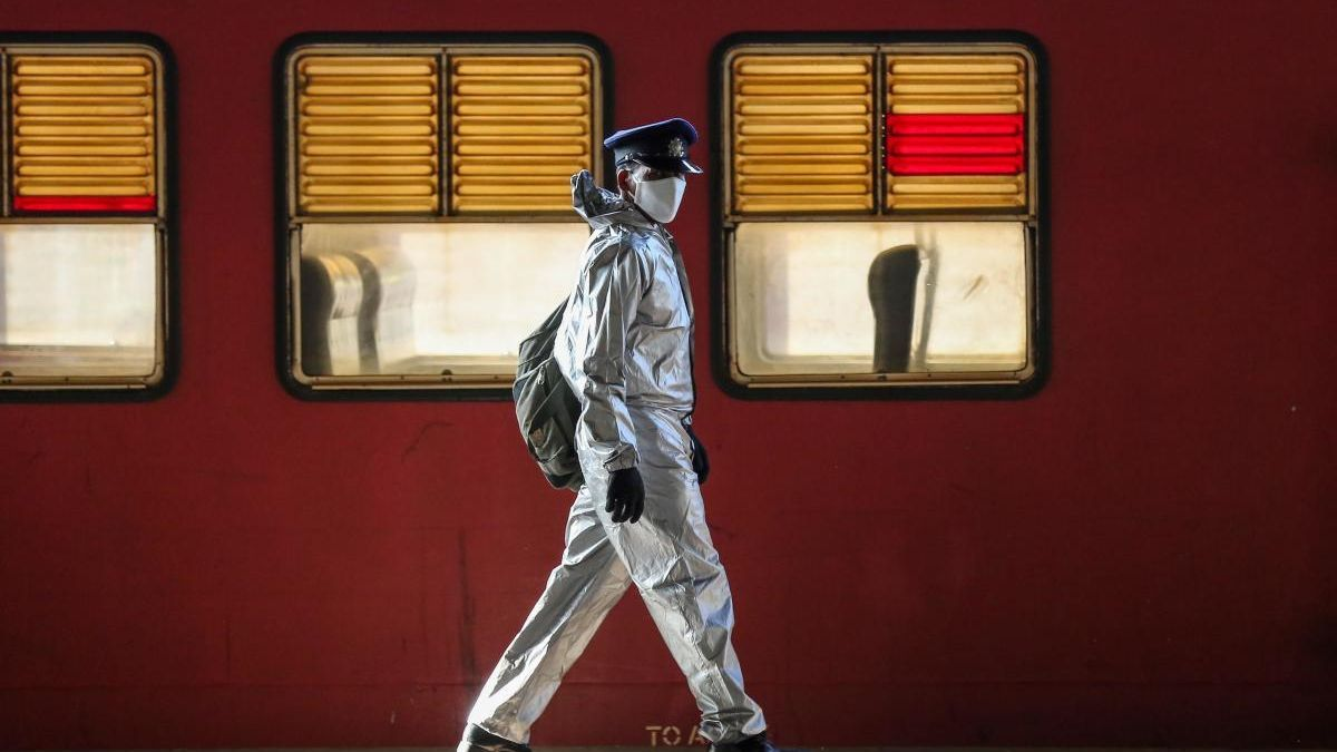 Un guarda de una estación de tren en Colombo, Sri Lanka