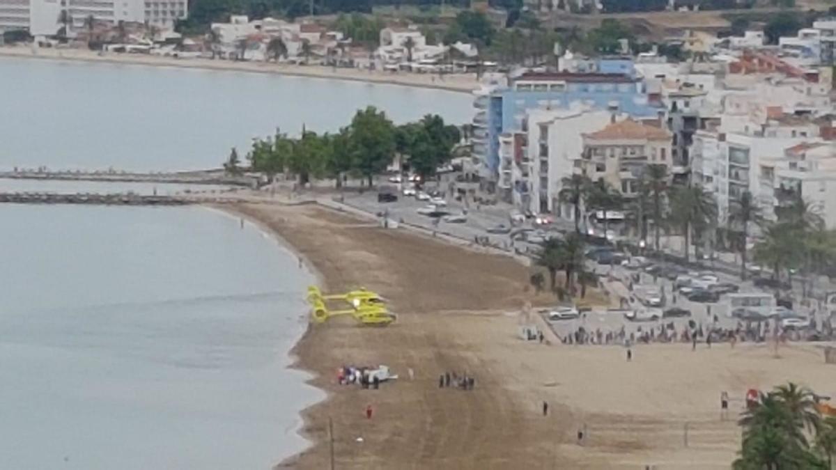 El desplegament d'efectius d'emergència a la platja de Roses pels dos ofegaments