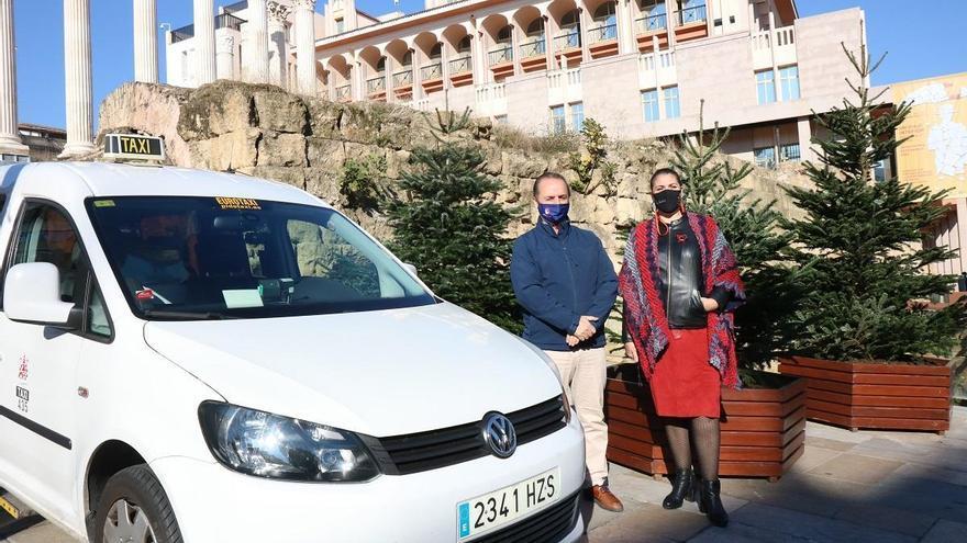 Los taxistas pasean desde este lunes a los mayores por el alumbrado de Navidad en Córdoba