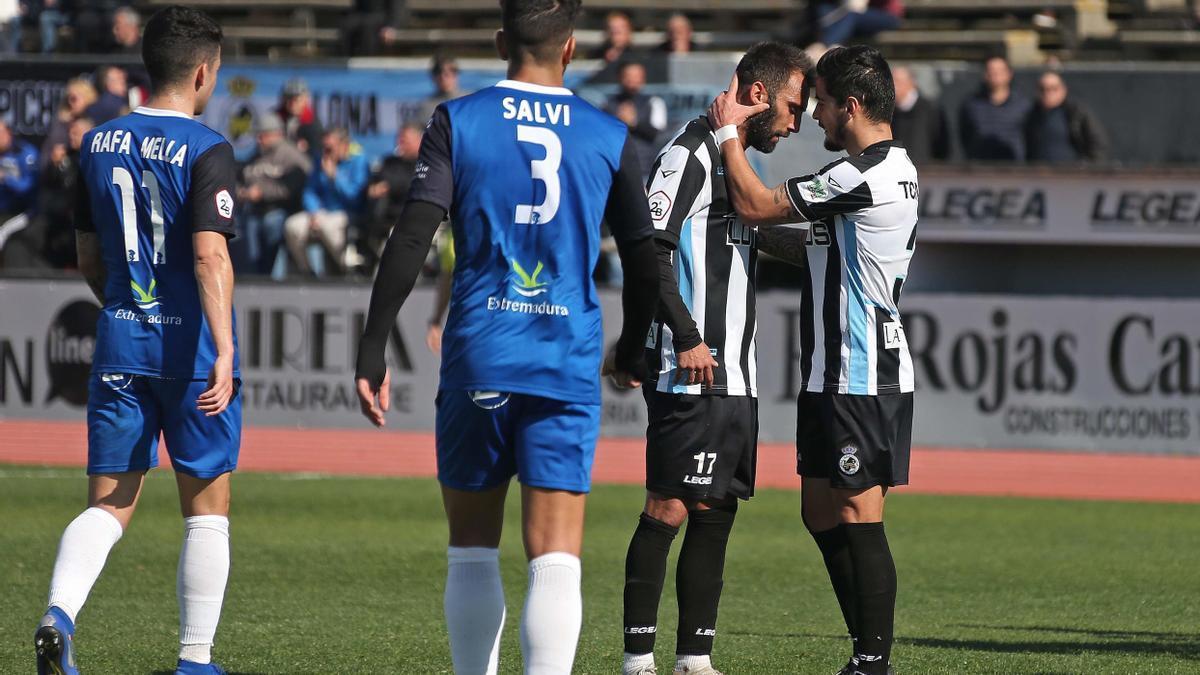 Pito Camacho es felicitado por un compañero tras anotar un gol.