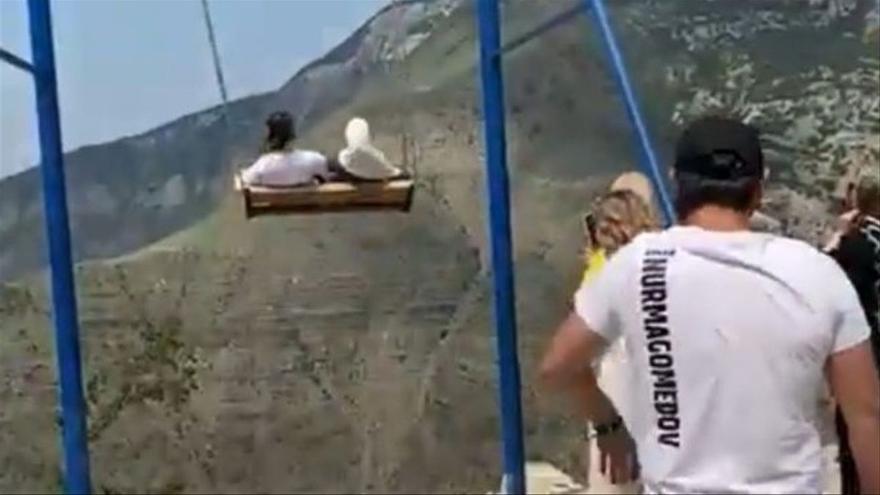 Dues dones cauen per un barranc de 1.500 metres després de trencar-se un gronxador a Rússia