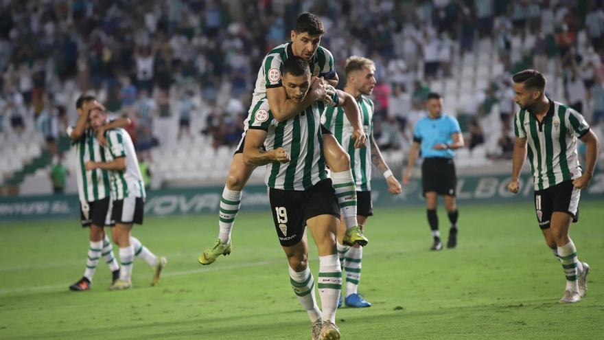 Adri Fuentes celebra su gol con Javi Flores en la sentencia del Córdoba CF ante el Cádiz B.