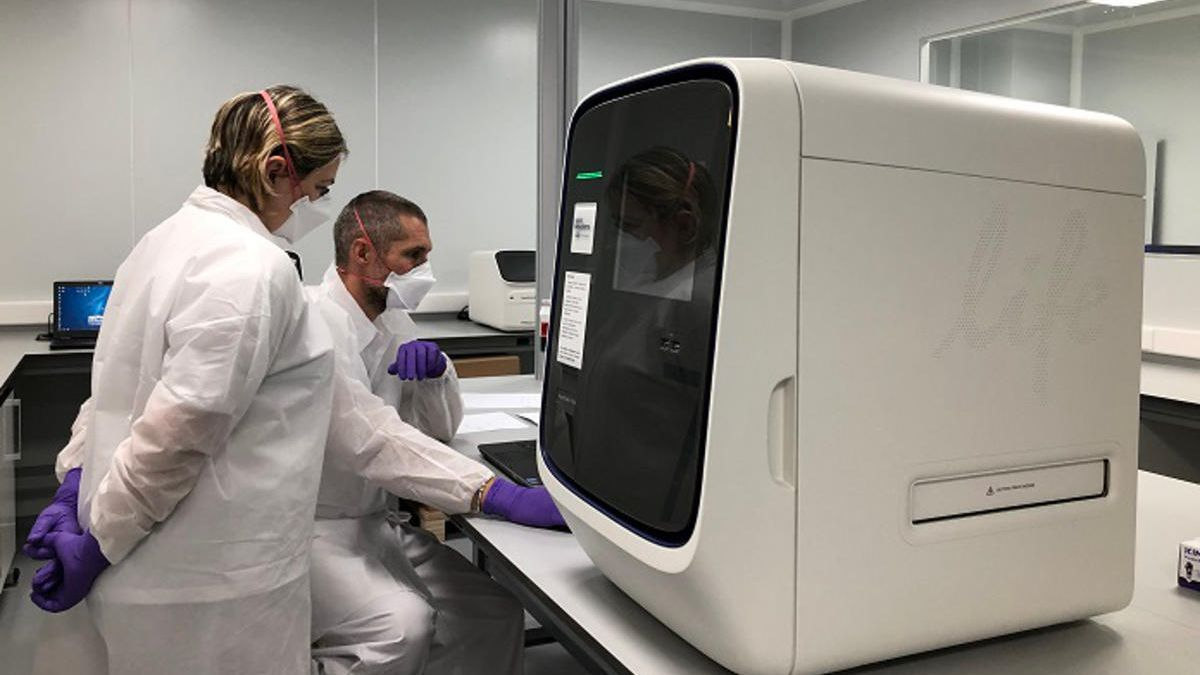 Dos professionals analitzant mostres de PCR en els laboratoris d'Hipra