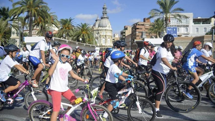 Miles de bicicletas ruedan por la ciudad en beneficio de la lucha contra el cáncer