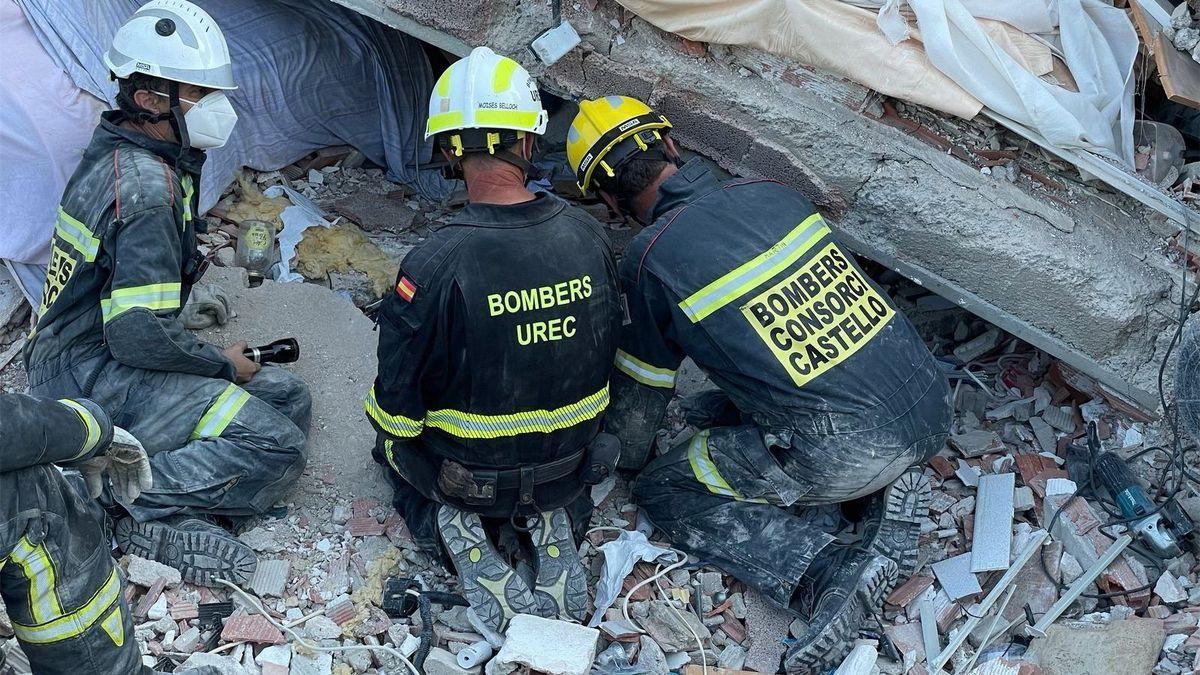 Los bomberos han localizado este jueves el cuerpo sin vida de la mujer sepultada en el derrumbe de Peñíscola.