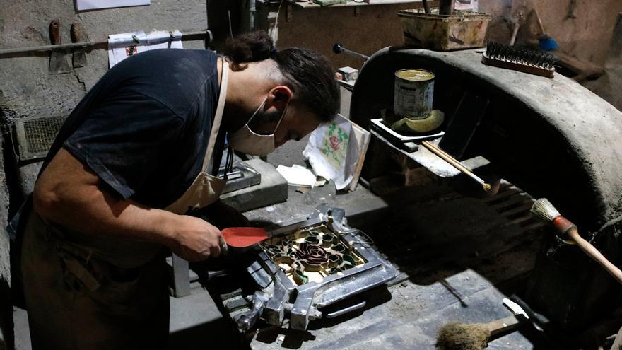Un taller de Manresa, l'única empresa catalana que fabrica mosaics hidràulics de manera artesanal