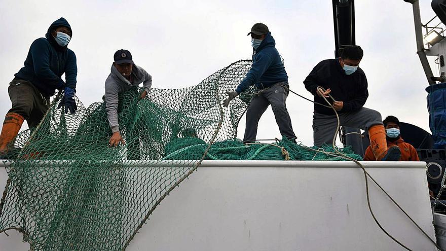 """Sanidad ignora el clamor del sector de la pesca por las vacunas: """"Será cuando toque"""""""