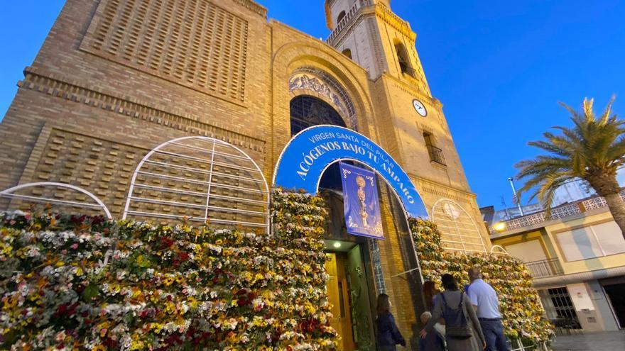 Pilar de la Horadada salva la ofrenda de flores a la patrona con entrega de ramos individuales
