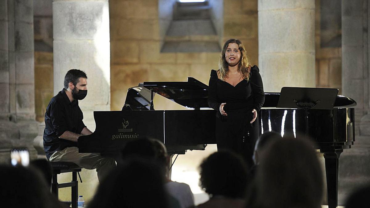 Beatriz Arenas y Brais González en el Mosteiro de Carboeiro.    // BERNABÉ/JAVIER LALÍN