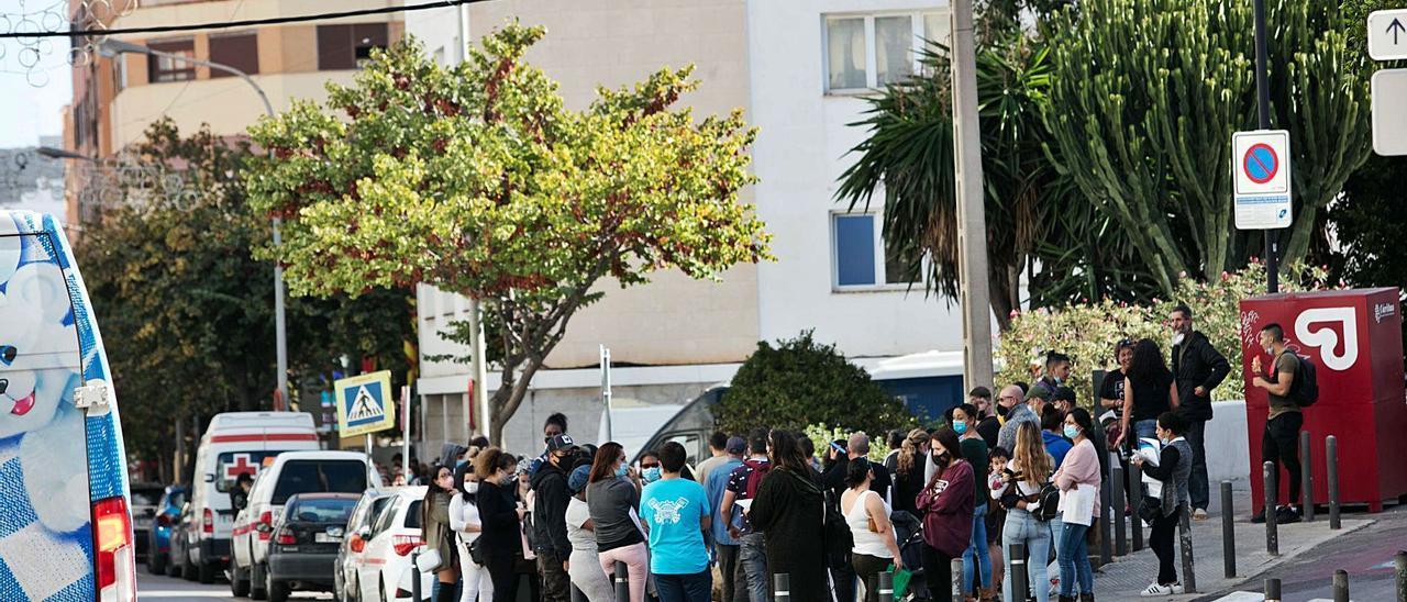 La cola de personas en la Avenida de España el pasado mes de noviembre para presentar la solicitud de ayuda en el Consell.