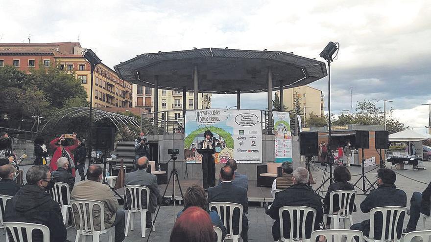 Edurne Portela inaugura la  Feria del libro y cómic de Teruel