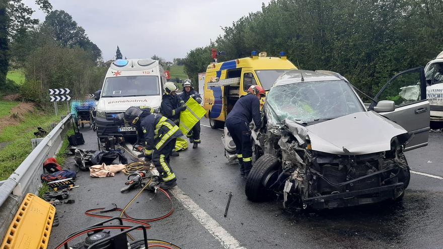 Tres heridos, uno de ellos grave, en un accidente entre un camión de ganado y un coche en Nava