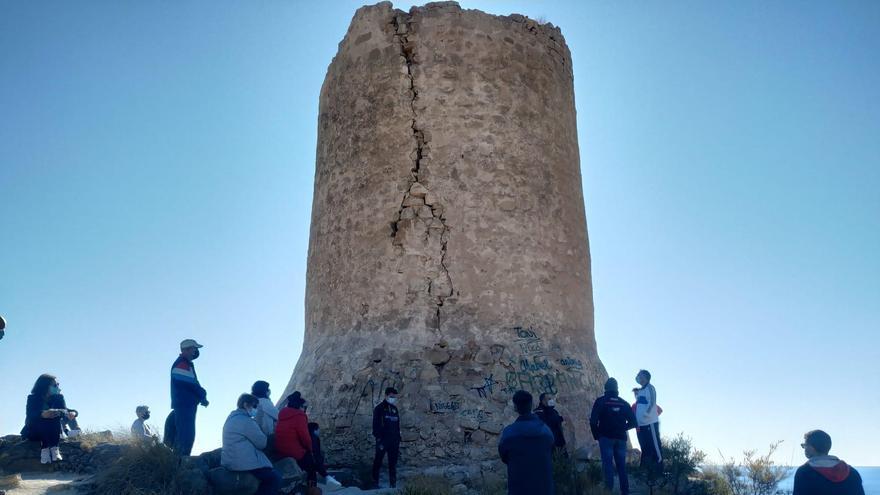 Medio centenar de personas reclaman medidas para salvar la Torre del Barranc d'Aigües