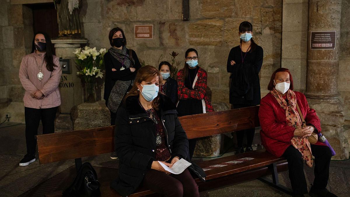 Varias mujeres, durante el Vía Matris celebrado en honor a la Virgen de la Soledad. |